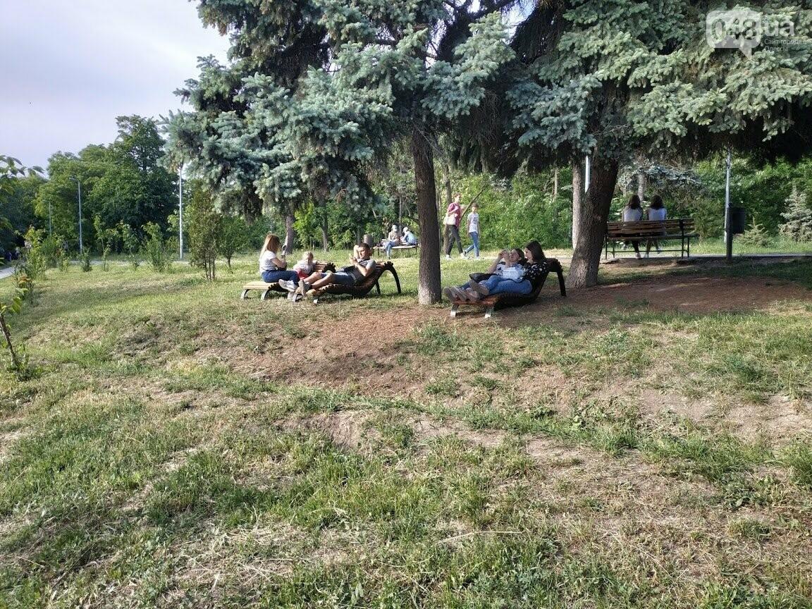 Скамейки-лежанки в парке Победы.