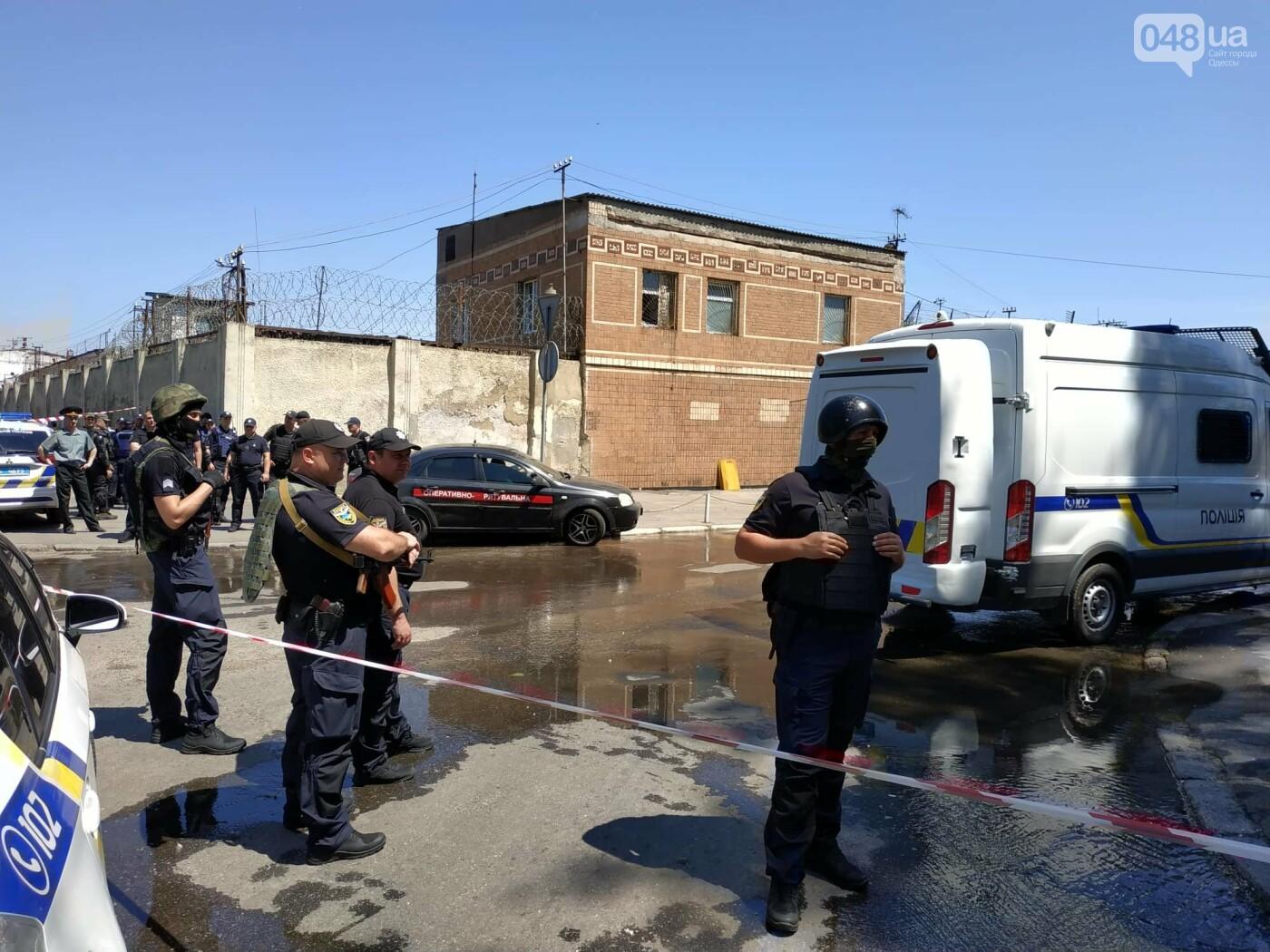 В одесской колонии горела машина, а не здание: ею пытались давить заключенных, - очевидец , фото-10
