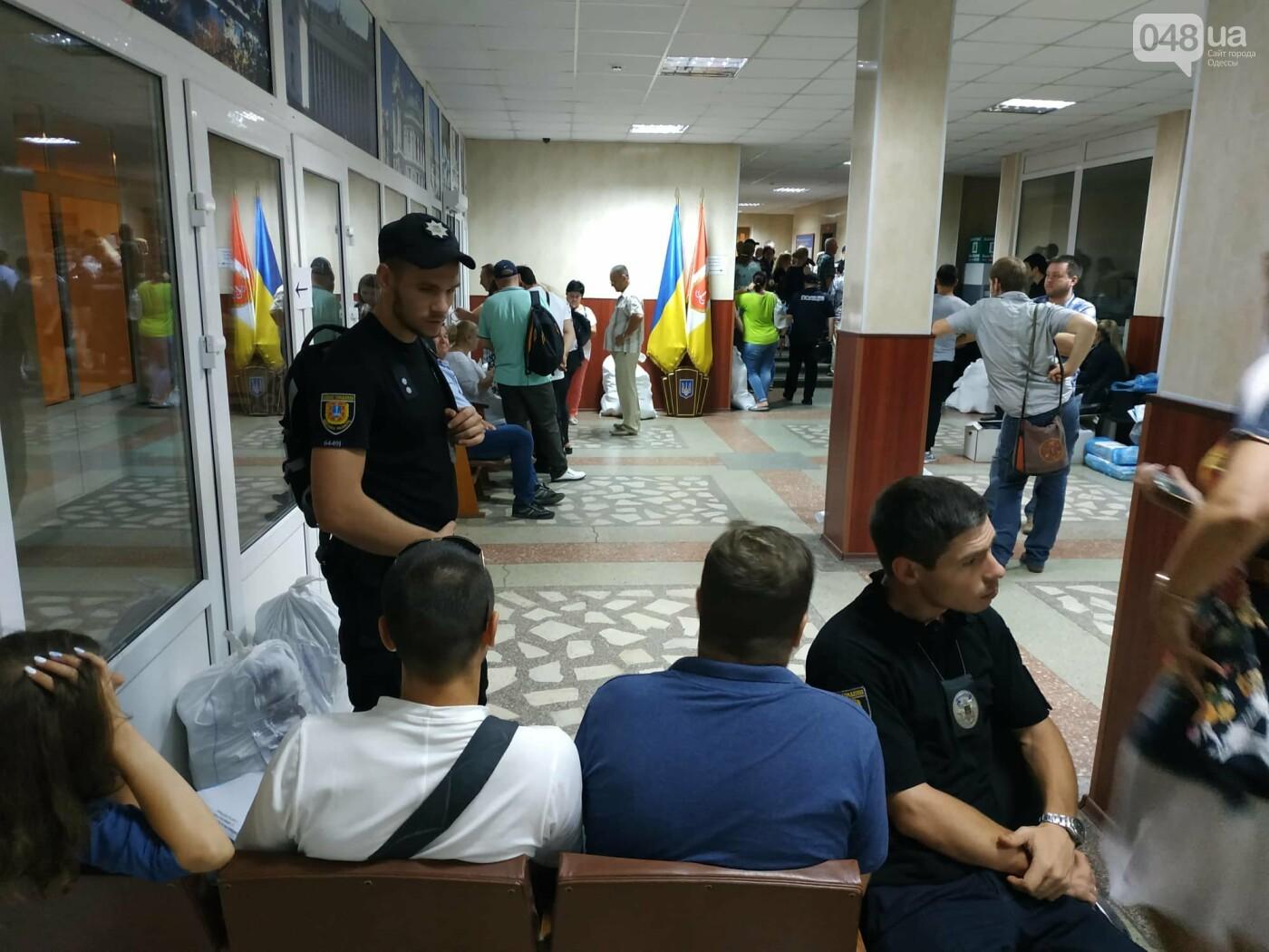 Как прошла ночь в ОИК в Одессе: полиция закрывает глаза на нарушения, - ФОТО, фото-12