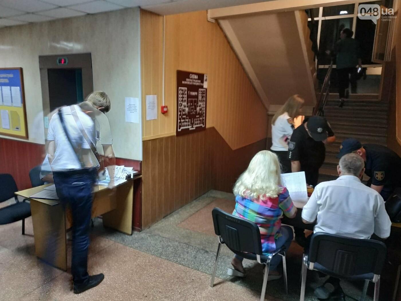 Как прошла ночь в ОИК в Одессе: полиция закрывает глаза на нарушения, - ФОТО, фото-14