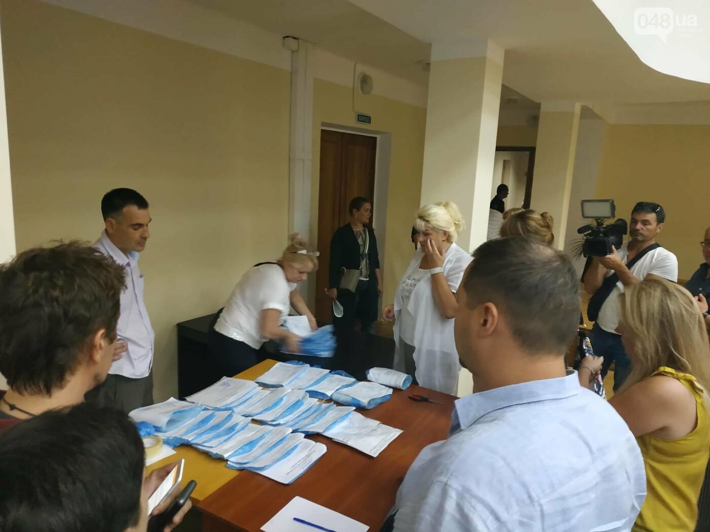 Как прошла ночь в ОИК в Одессе: полиция закрывает глаза на нарушения, - ФОТО, фото-3