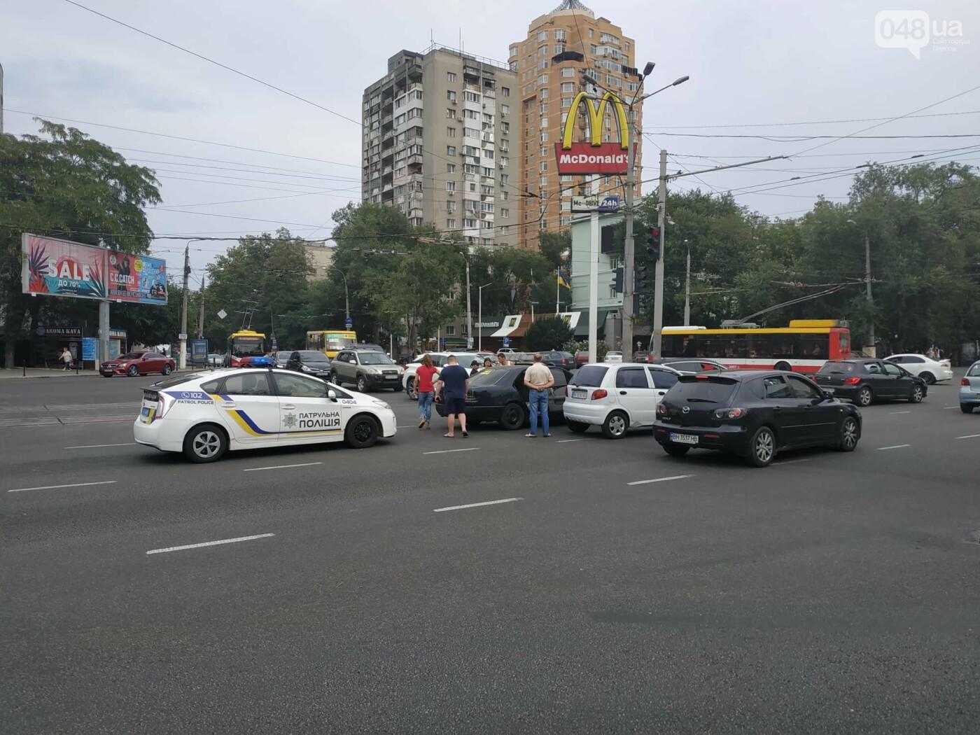 """Пассажир, """"выпрыгнувший"""" посреди дороги в Одессе: стали известны подробности ДТП, - ФОТО, фото-10"""