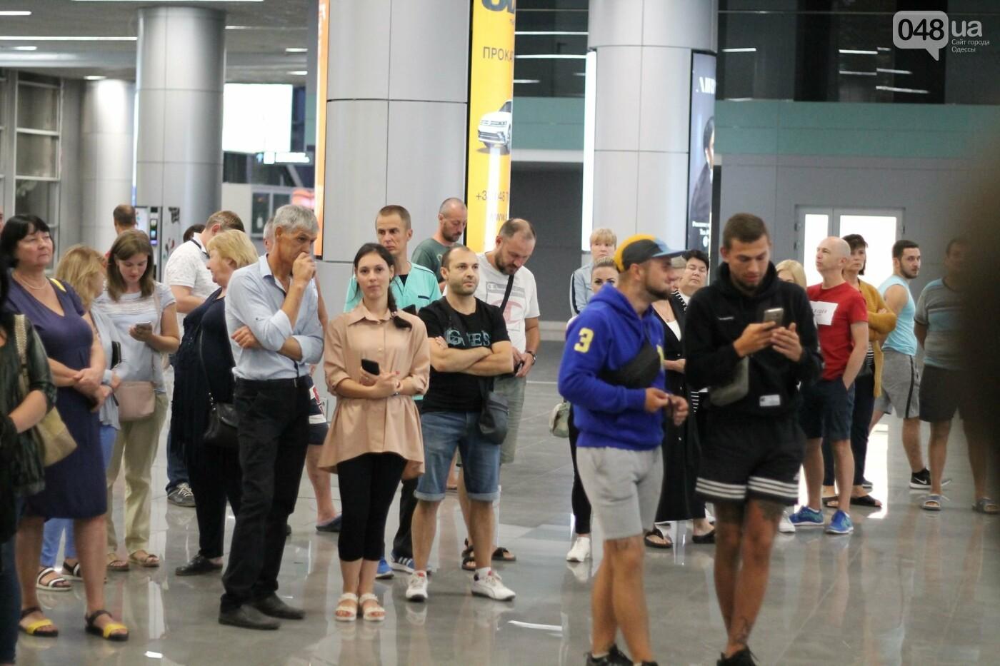 Василий Ломаченко прилетел в Одессу: как встречали боксера в аэропорту, - ФОТО, ВИДЕО, фото-8