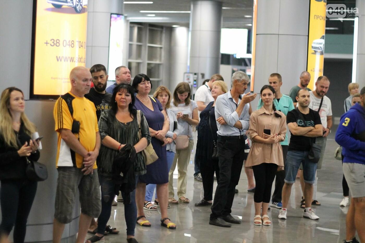 Василий Ломаченко прилетел в Одессу: как встречали боксера в аэропорту, - ФОТО, ВИДЕО, фото-9