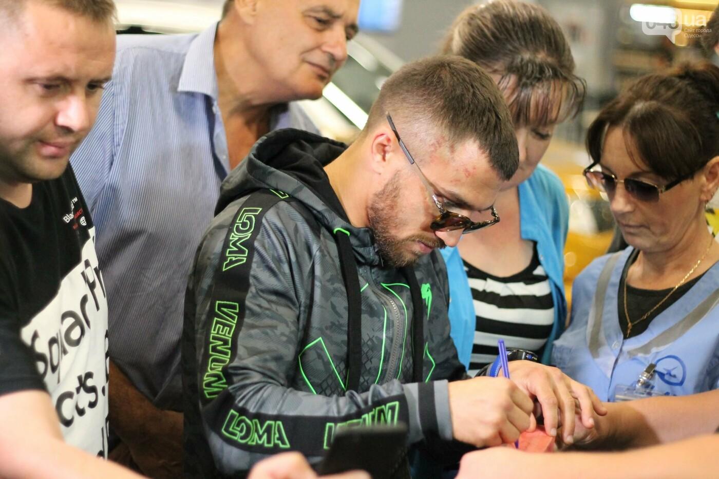 Василий Ломаченко прилетел в Одессу: как встречали боксера в аэропорту, - ФОТО, ВИДЕО, фото-2