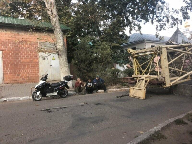 Упавший на дорогу кран в Маячном переулке
