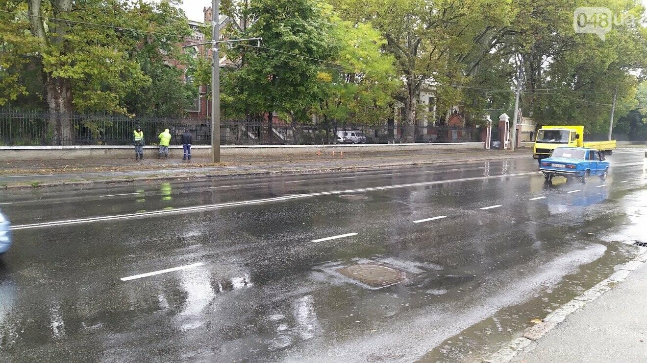 Чистка ливневок во время дождя в Одессе