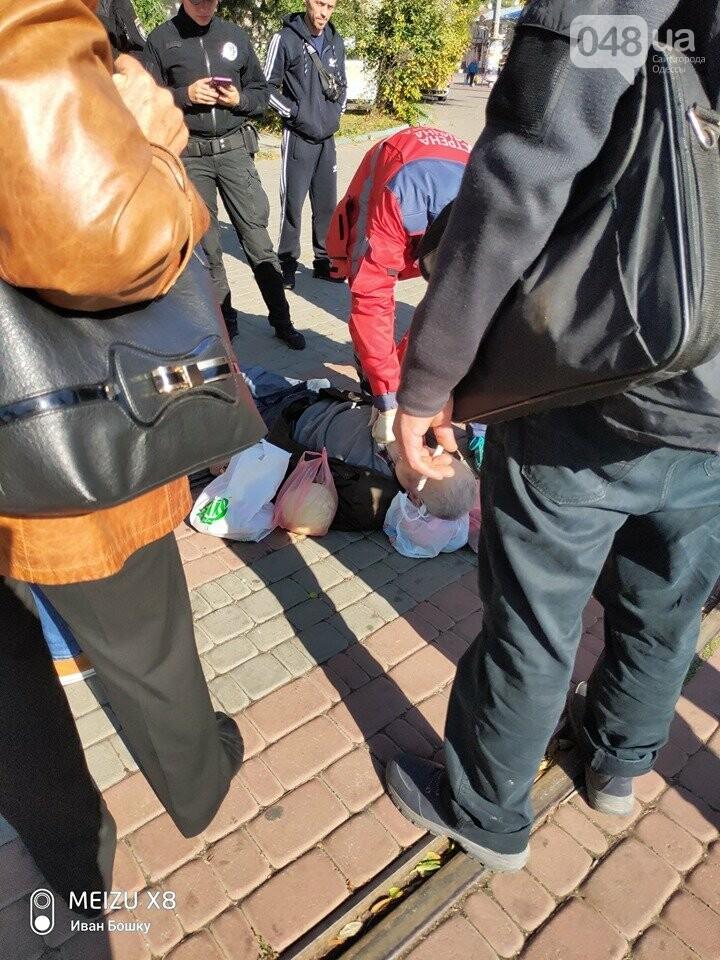 Шел и упал лицем в землю: на Куликовом поле в Одессе умер мужчина, - ФОТО, фото-3