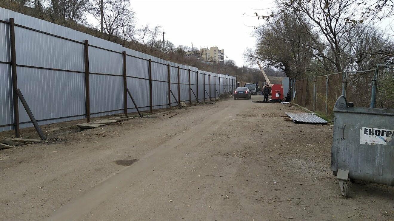 Строительная площадка на дороге между Маячным переулком и 16-ой  станции Большого Фонтана