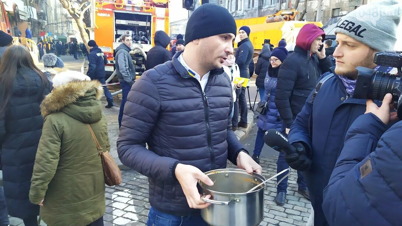 Одесситы несут помощь к месту пожара в Одессе.