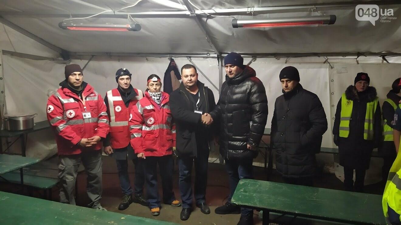 Волонтеры на месте пожара в Одессе