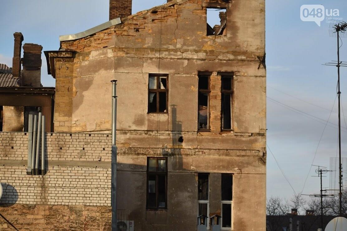 В здании сгоревшего колледжа на Троицкой  рушат стену