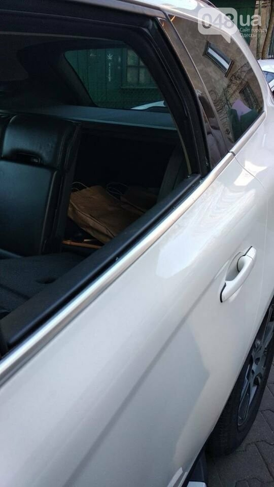 Разбитое стекло в автомобиле Прокурора Одесской области - Константин Цховребашвили
