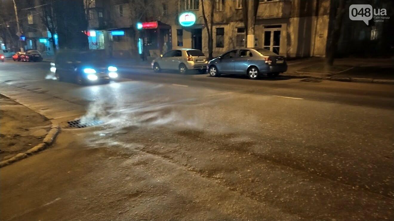 Пар из ливневки на улице Черняховского в Одессе.