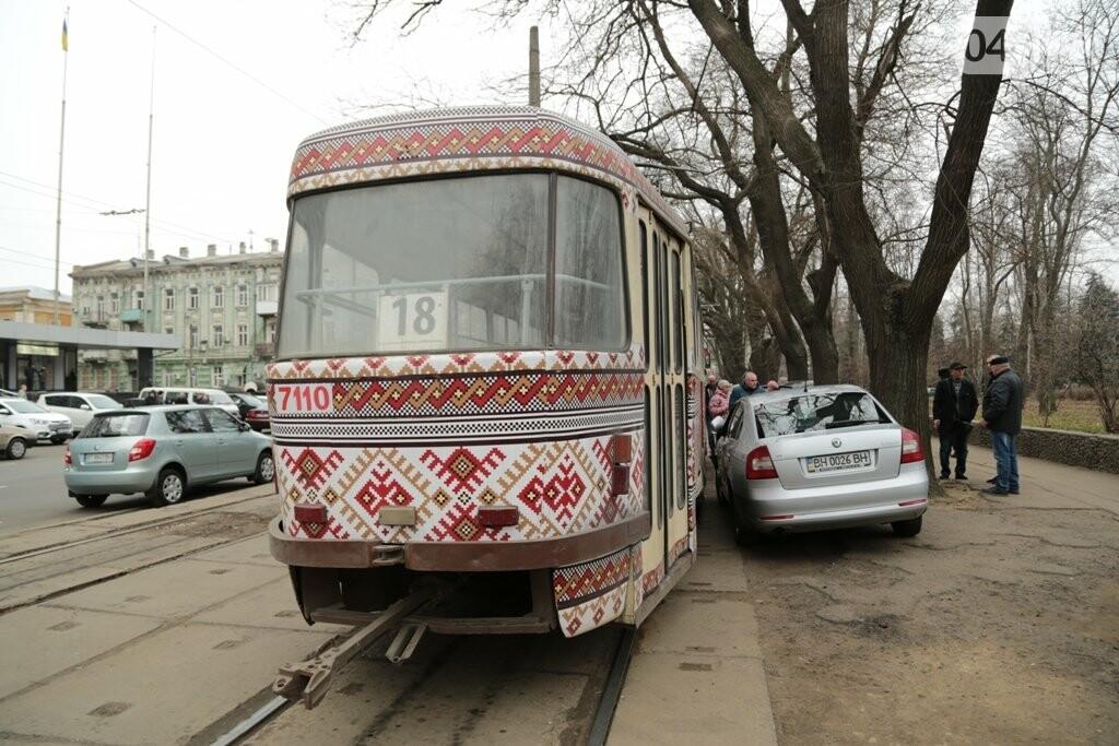 """Водитель """"Шкоды"""" заблокировал трамвайное движение"""