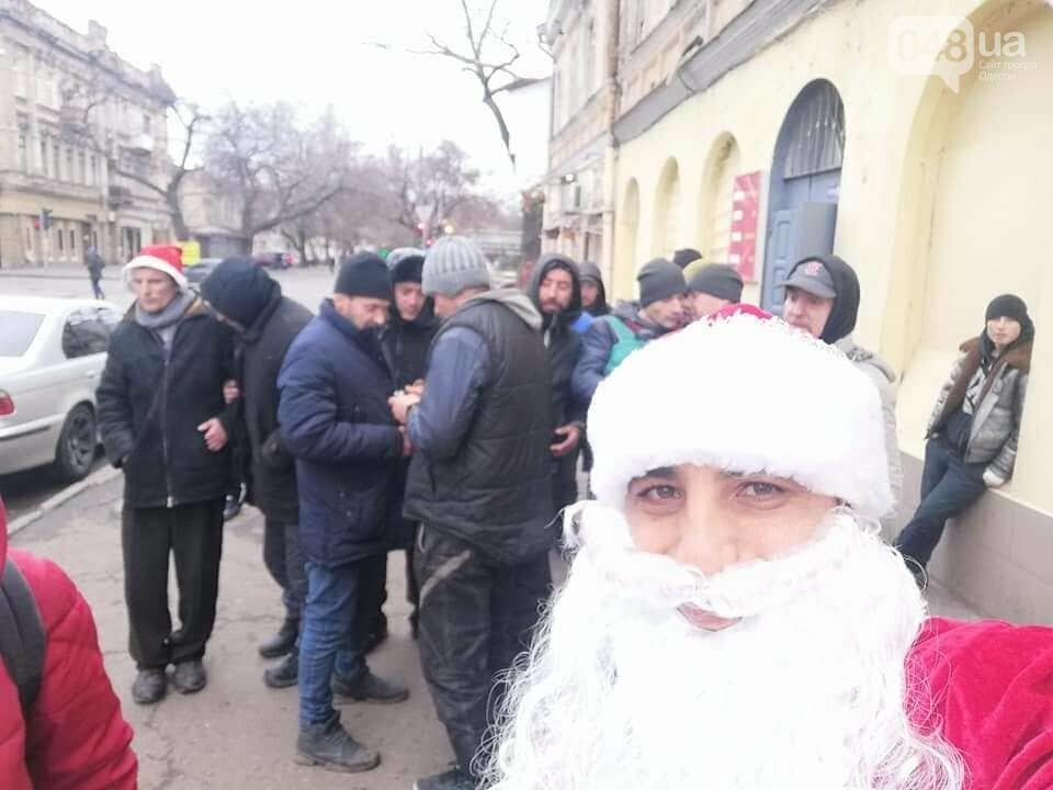 Раздача подарков бездомным в честь Нового года и Рождества