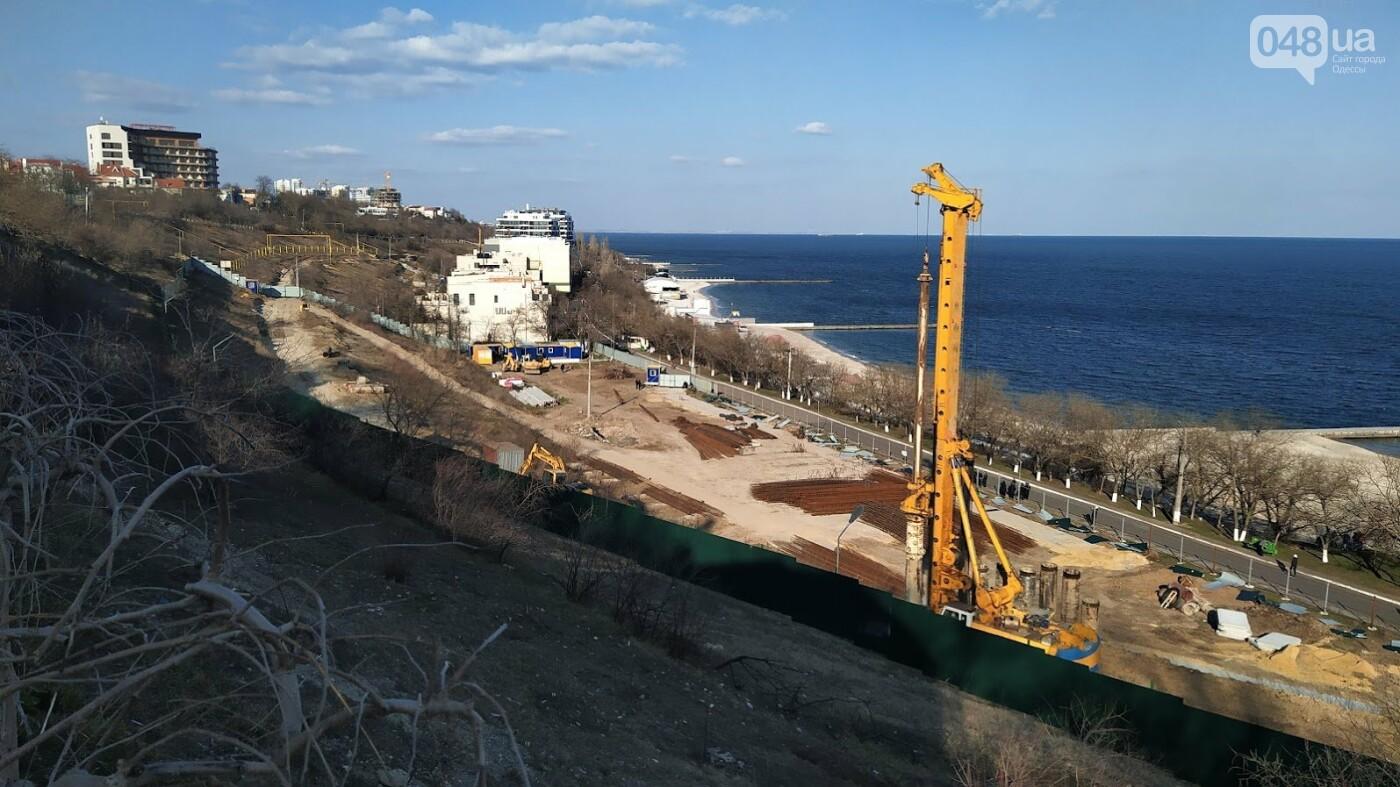 """Одесситы снесли забор скандальной стройки ЖК """"La Mer"""""""