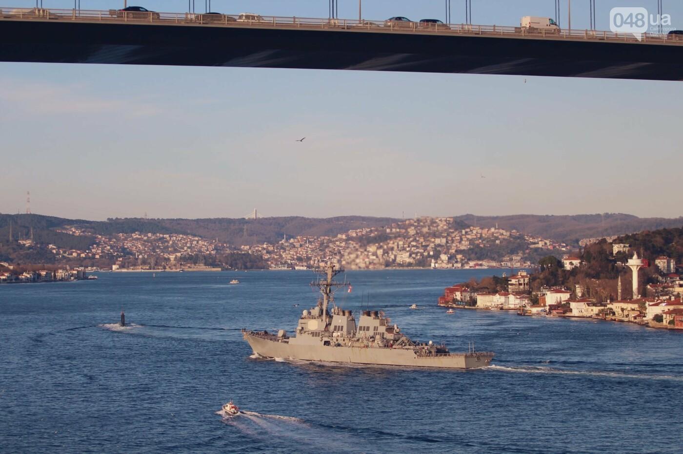 Ракетный эсминец USS Ross проходит Босфор, Yörük Işık