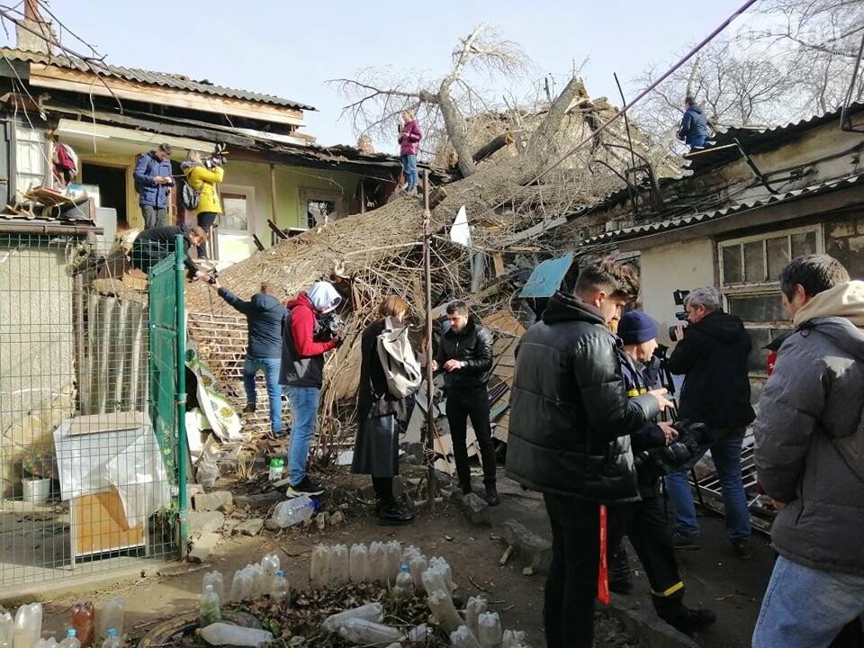 На Молдаванке дерево разрушило дом и заблокировало женщину, - ФОТО, ВИДЕО, ОБНОВЛЕНО , фото-10