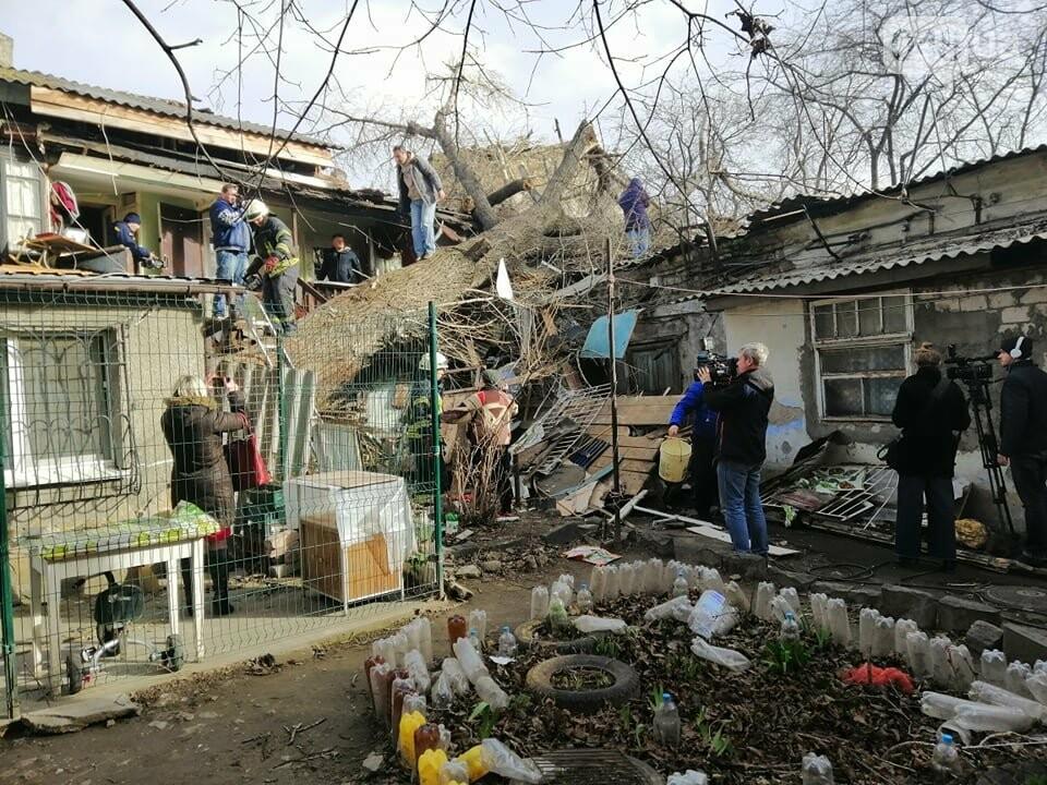 На Молдаванке дерево разрушило дом и заблокировало женщину, - ФОТО, ВИДЕО, ОБНОВЛЕНО , фото-8