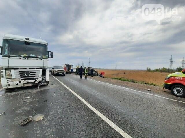 На Окружной произошло ДТП с погибшими и пострадавшими: легковушка влетела в грузовик, - ФОТО, фото-1