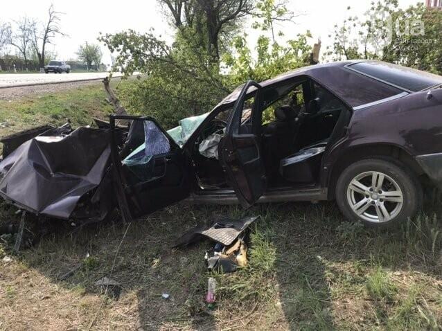 Еще одно ДТП с пострадавшими: в Одесской области Mercedes врезался в дерево, - ФОТО, фото-1