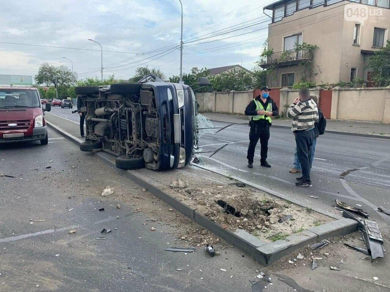 В Малиновском районе Одессы перевернулся микроавтобус, - ФОТО, ДОПОЛНЕНО, фото-1