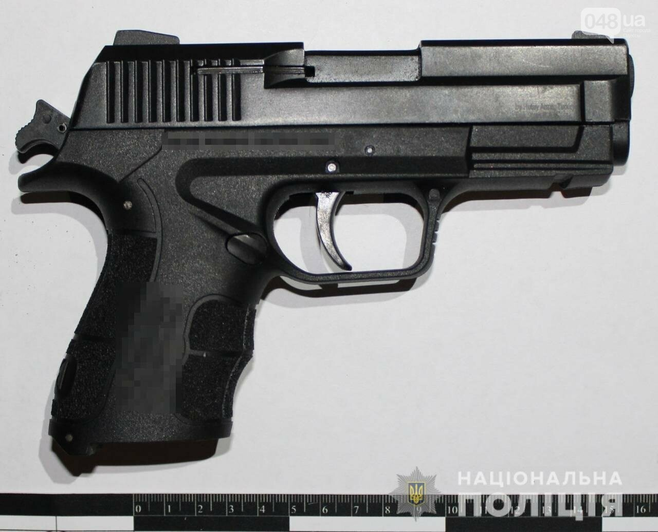 Одесские полицейские задержали мужчину, который гулял с пистолетом, - ФОТО, ВИДЕО1