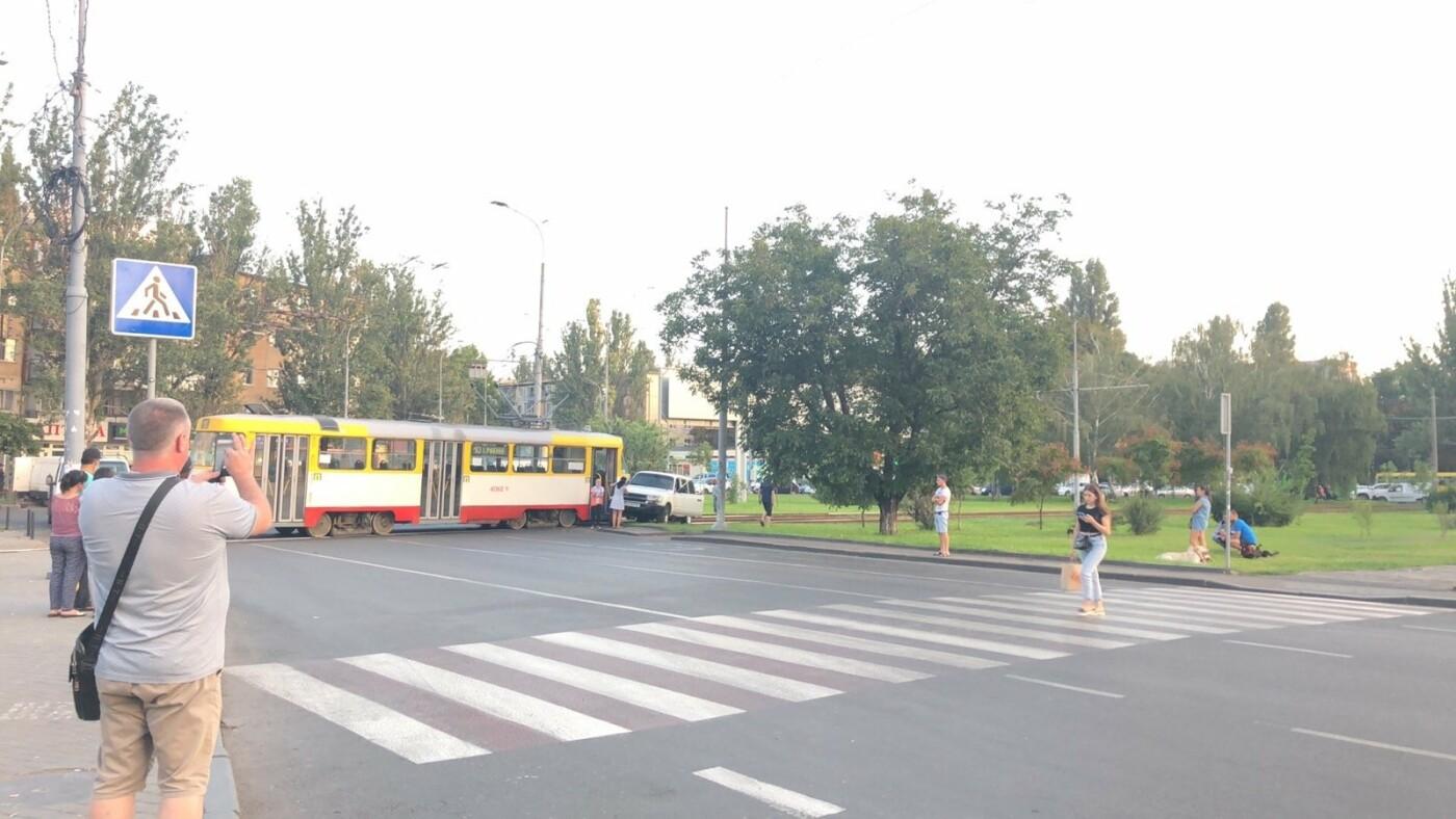 В Одессе трамвай протаранил автомобиль, - ФОТО2