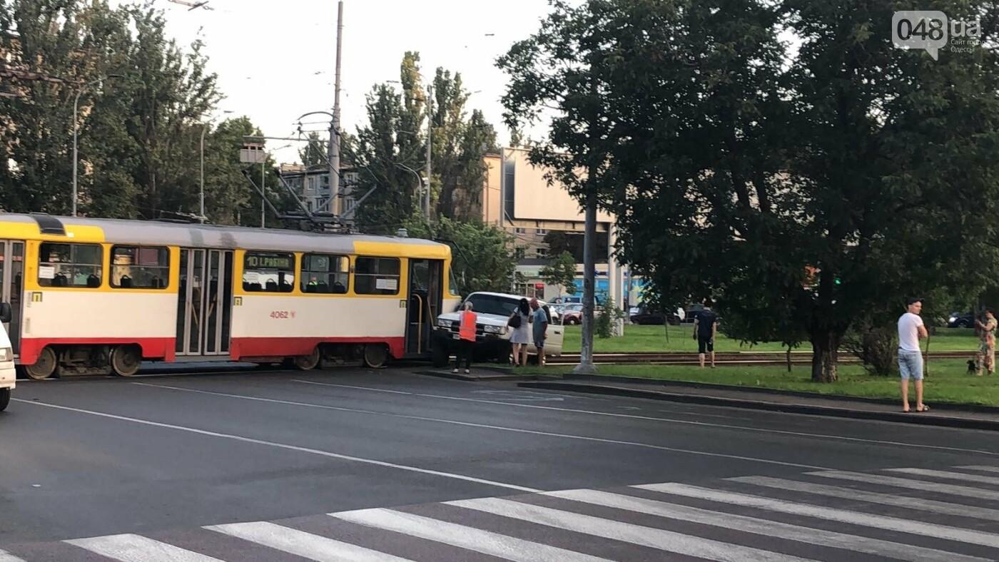 В Одессе трамвай протаранил автомобиль, - ФОТО1