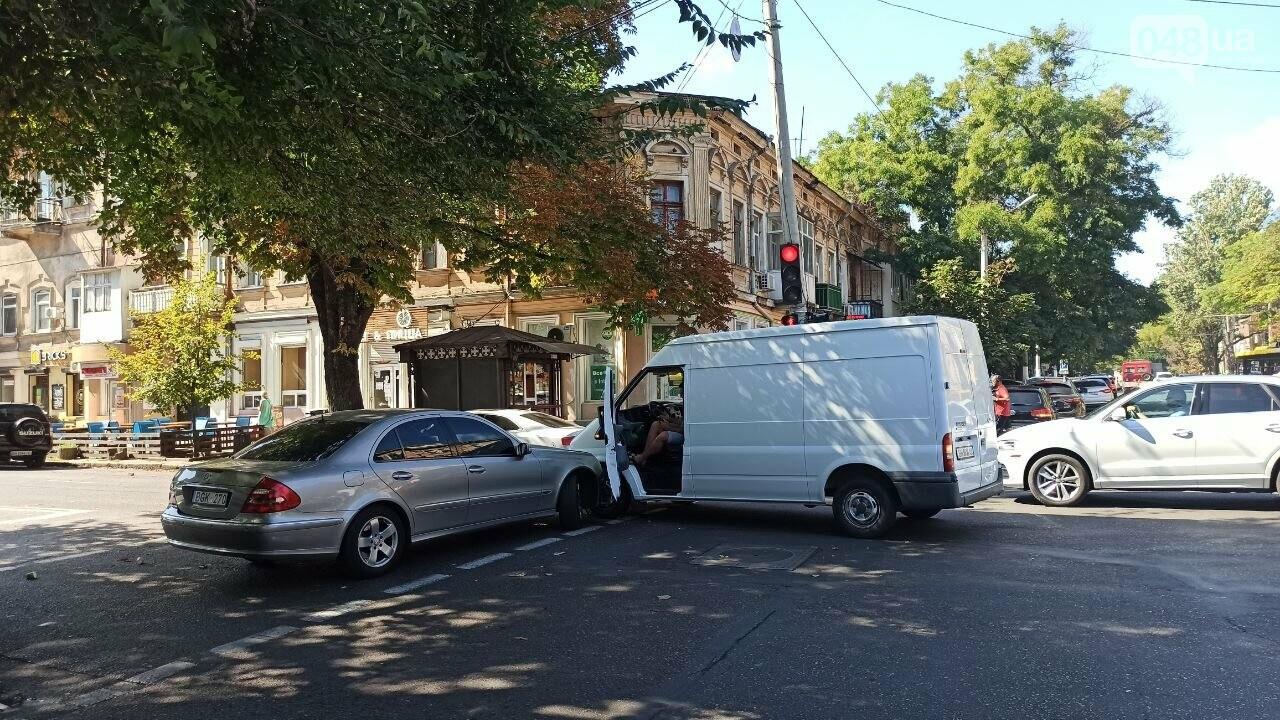 В центре Одессы мерседес протаранил автобус, - ФОТО3