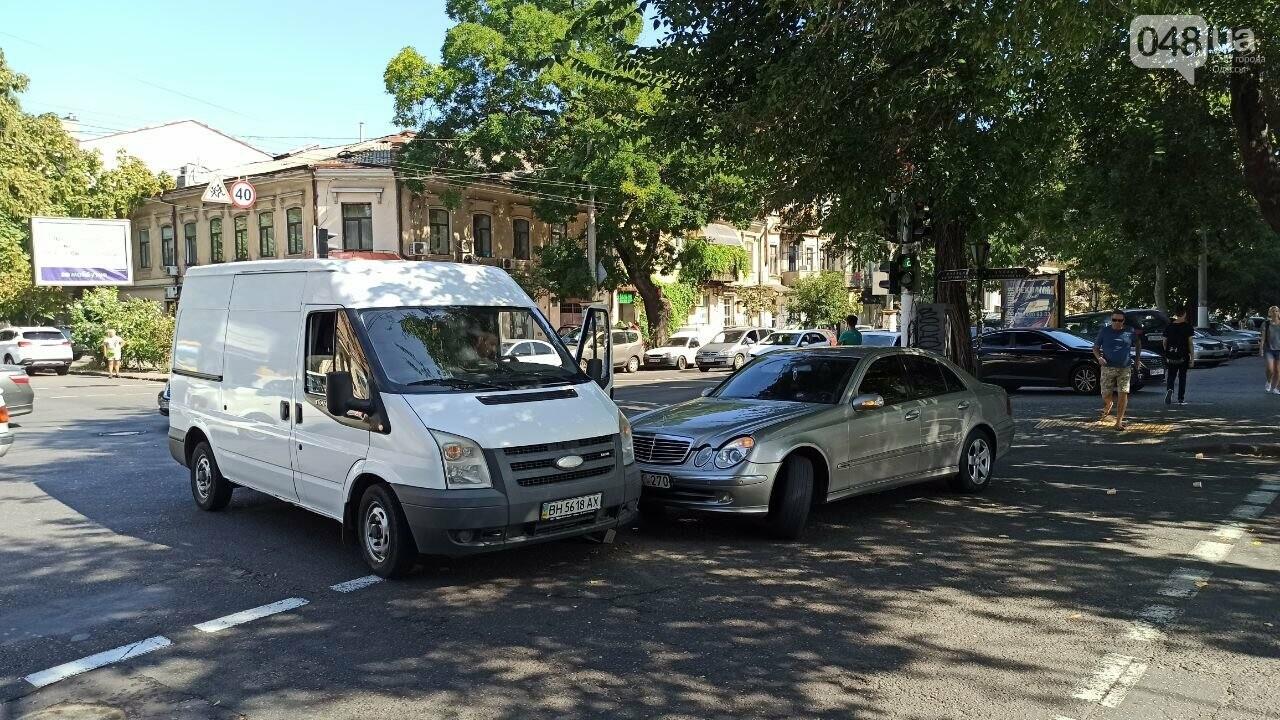 В центре Одессы мерседес протаранил автобус, - ФОТО1