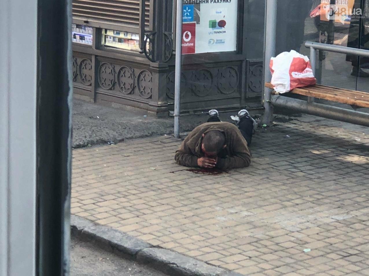 В Одессе на остановке возле Привоза лежит мужчина в луже крови, - ФОТО1