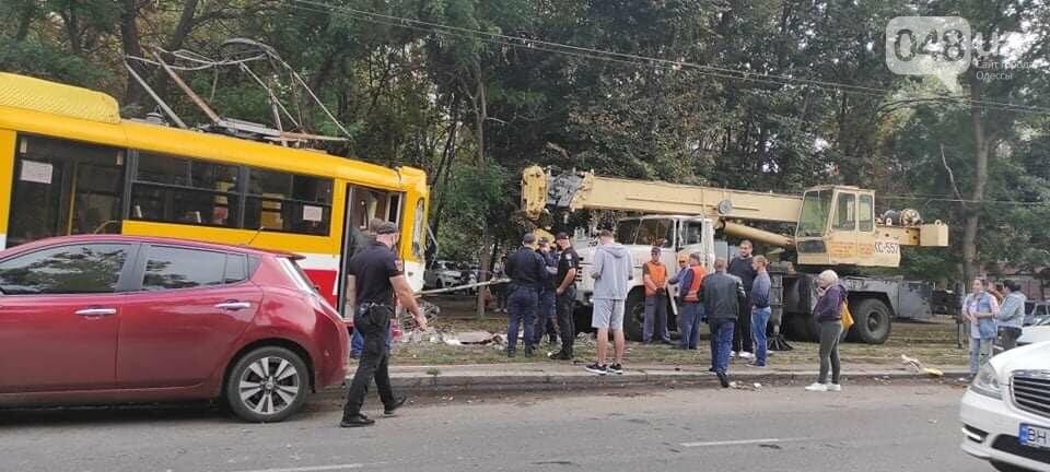 В Одессе трамвай сошел с рельсов и въехал в столб, - ФОТО1