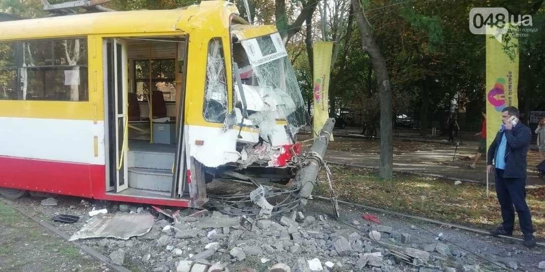 В Одессе трамвай сошел с рельсов и въехал в столб, - ФОТО2