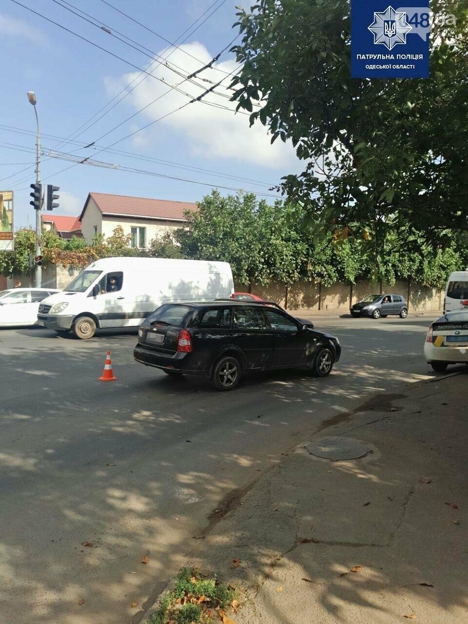 В Одессе автомобиль сбил мужчину с ребенком, когда они переходили дорогу по зебре, - ФОТО1