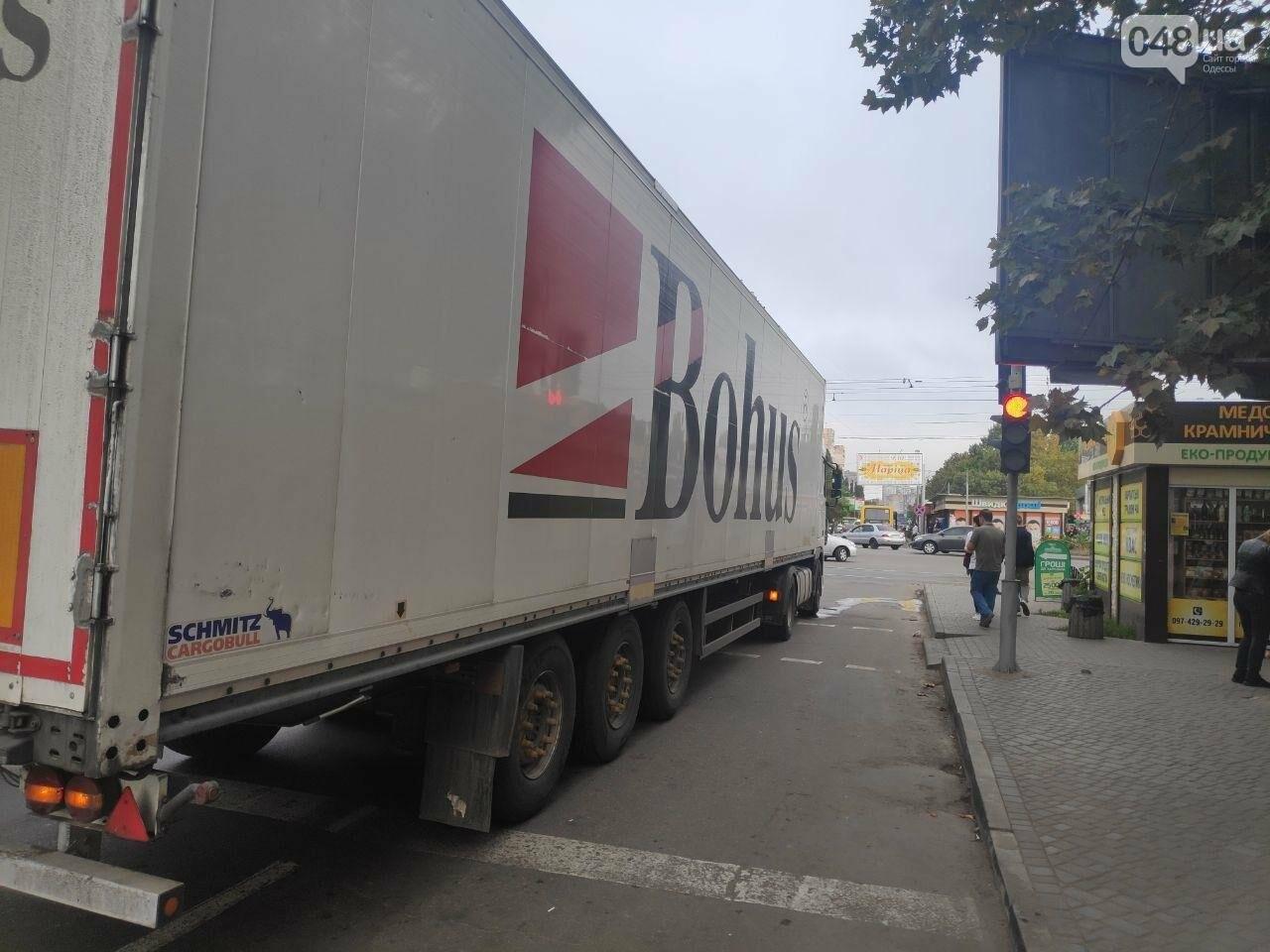 В Одессе грузовик наехал на женщину, ее забрали в больницу, - ФОТО2