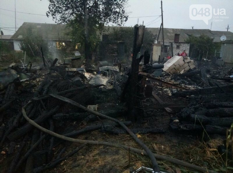 В Одесской области на пожаре погибла женщина, сгорел двухэтажный дом, автомобиль и три сарая,- ФОТО4