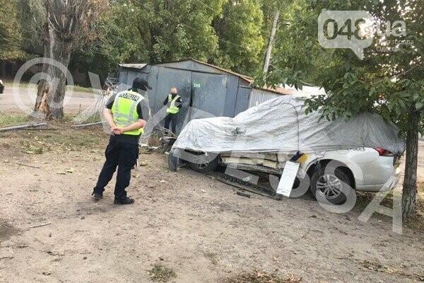В Одессе патрульный автомобиль врезался в гараж,- ФОТО, фото-1