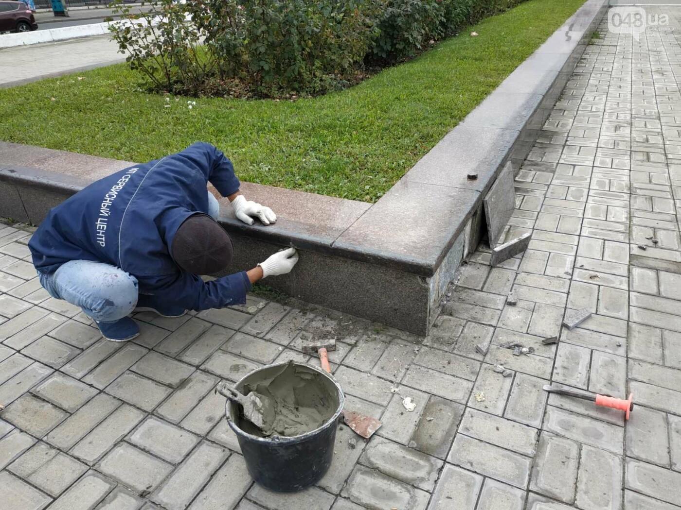 Вандалы разрисовали обелиск на площади 10 апреля в Одессе, - ФОТО2