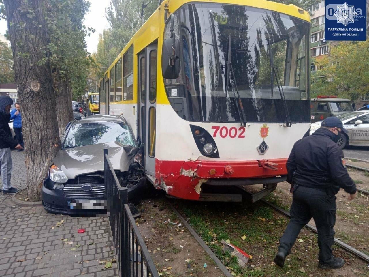 В Одессе трамвай раздавил автомобиль Hyundai, - ФОТО, фото-1