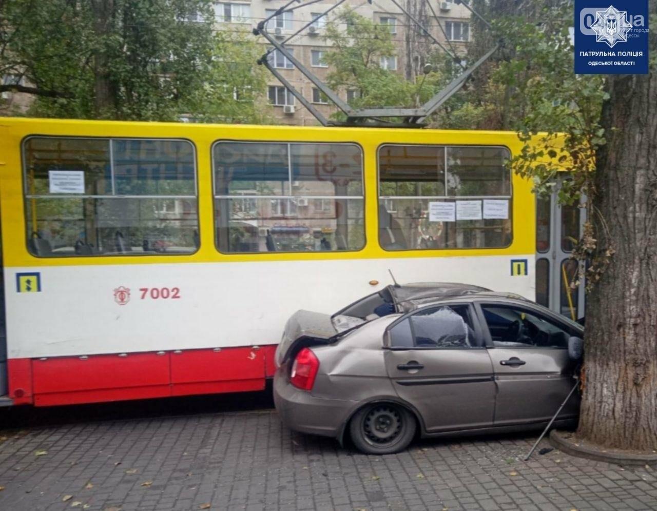 В Одессе трамвай раздавил автомобиль Hyundai, - ФОТО, фото-2