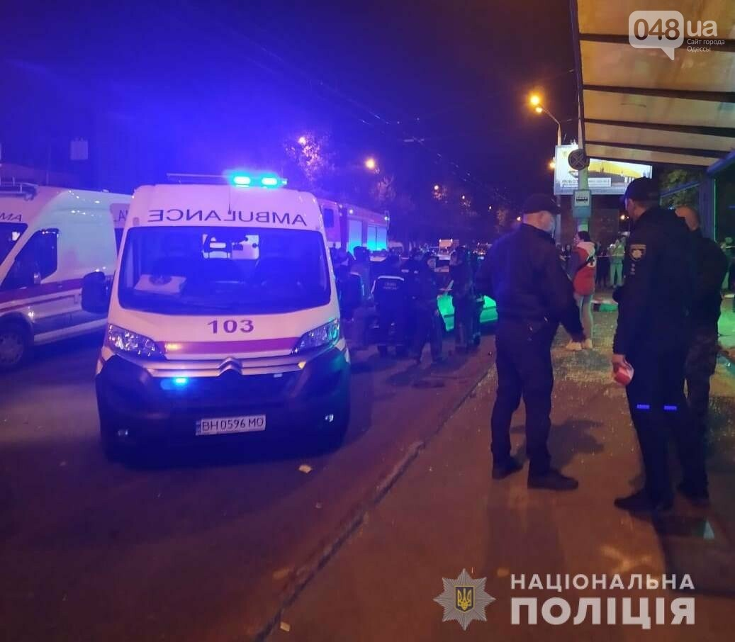 В Одессе автомобиль влетел в остановку с людьми, есть пострадавшие,- ВИДЕО, ФОТО, СТРИМ, фото-1
