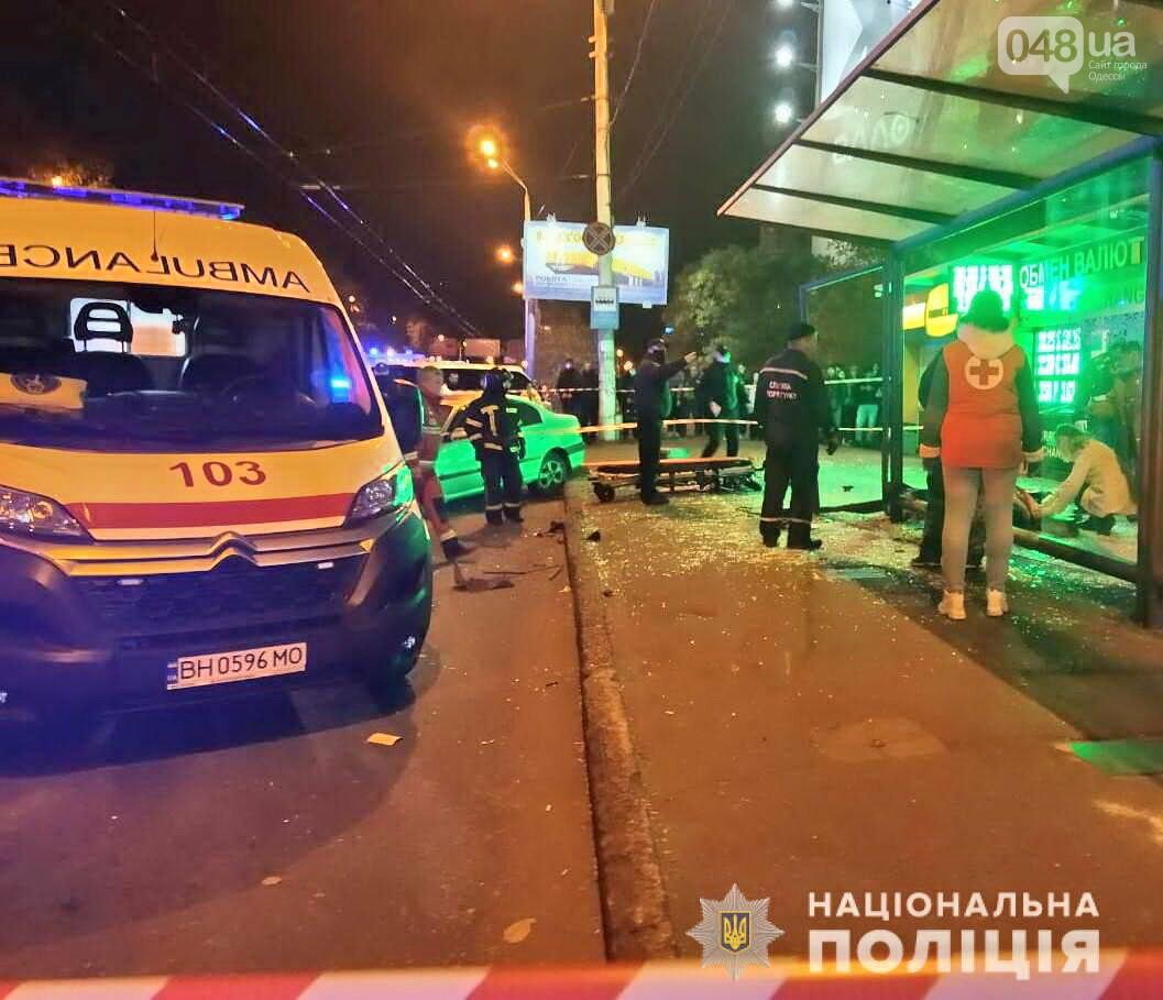 В Одессе автомобиль влетел в остановку с людьми, есть пострадавшие,- ВИДЕО, ФОТО, СТРИМ, фото-2