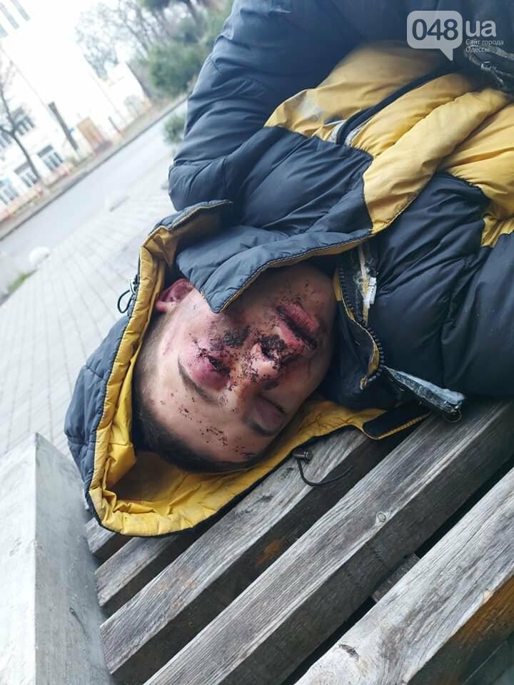 Окровавленному парню в Одессе пытались помочь, но он набросился на медиков,- ФОТО, фото-1