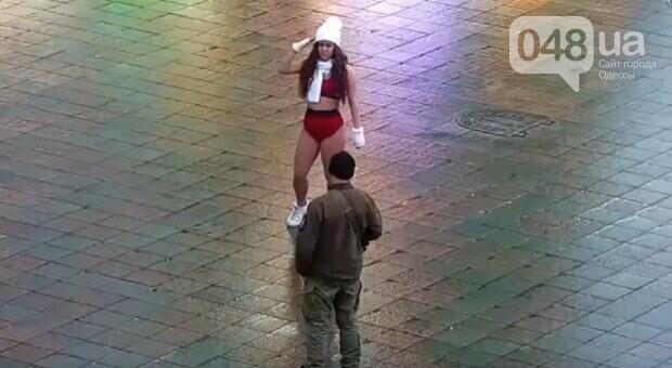 В Одессе девушка устроила грязные танцы возле главной елки города,- ВИДЕО, фото-2