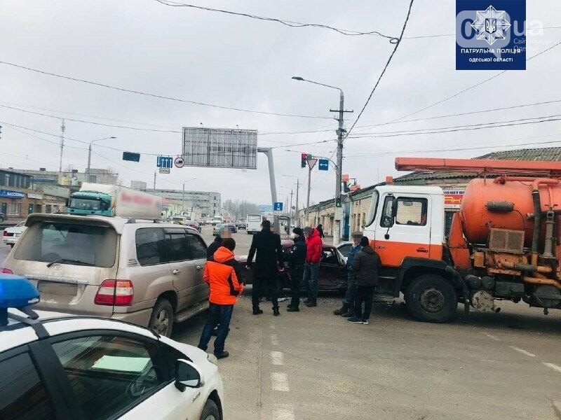Есть пострадавшие: в Одессе джип, седан и грузовик не поделили дорогу, - ФОТО, фото-3