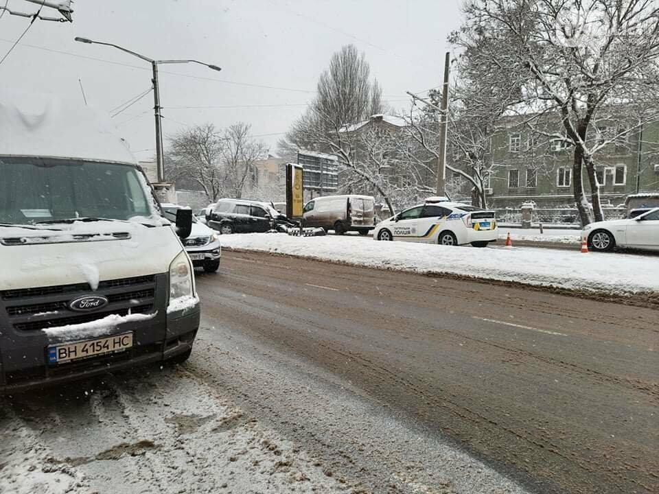 Одессу замело: ситуация на дорогах и тротуарах в городе, - ФОТО, фото-11