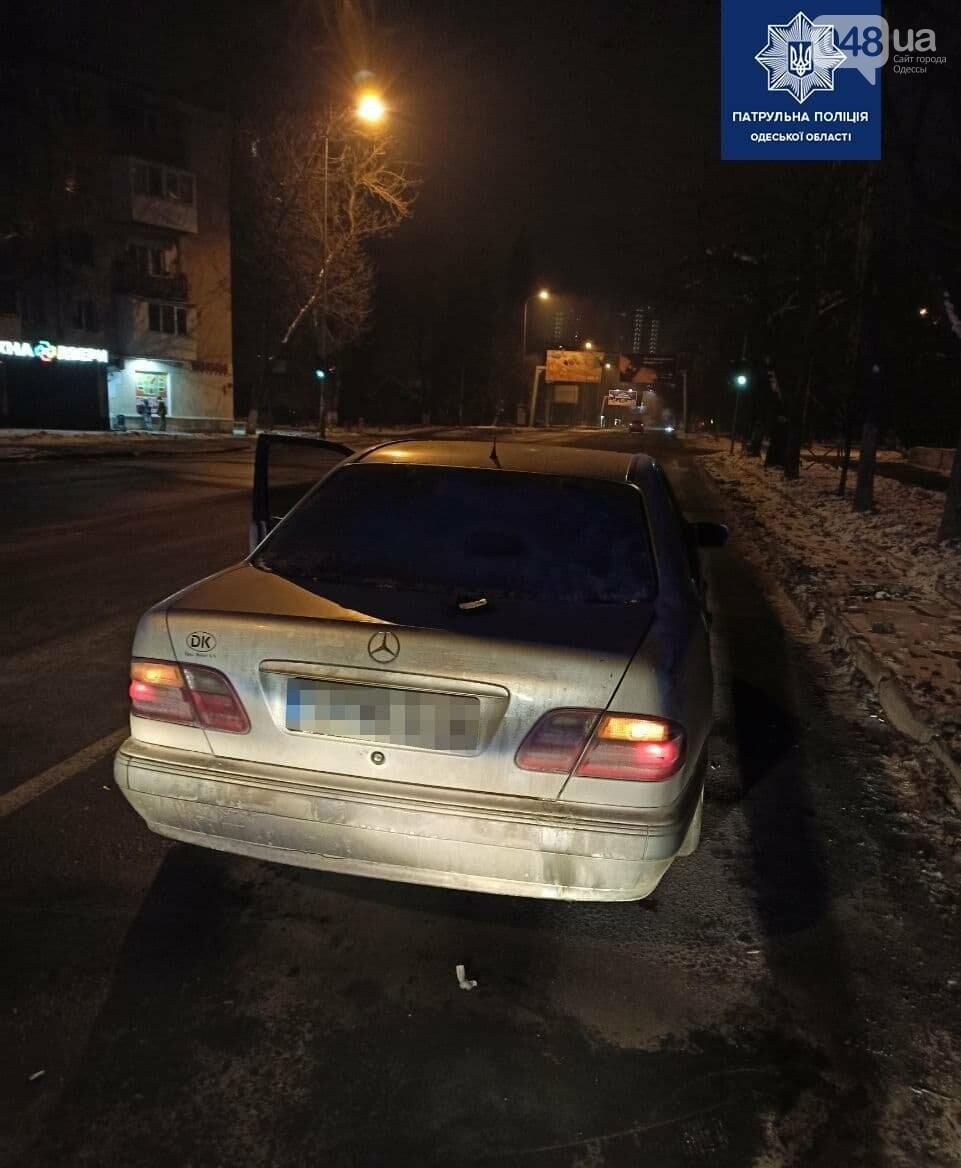 Отобрали телефон у одессита и скрылись на автомобиле Mercedes, - ФОТО, фото-2