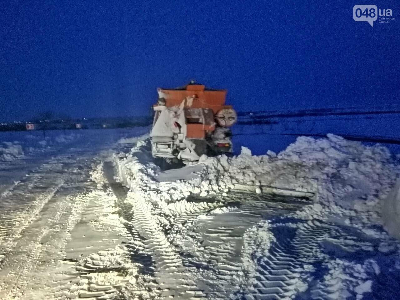 300 грузовых автомобилей застряли в снегу на трассах в Одесской области,- ФОТО, ВИДЕО, фото-5